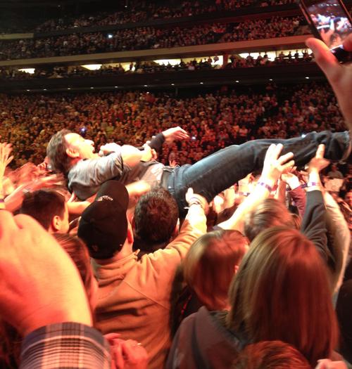 Springsteen-crowd-surf